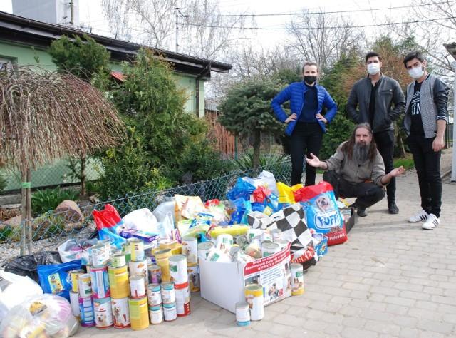 Studenci PWSTE z Jarosławia zbierali pomoc dla schroniska dla bezdomnych zwierząt w Orzechowcach koło Przemyśla.