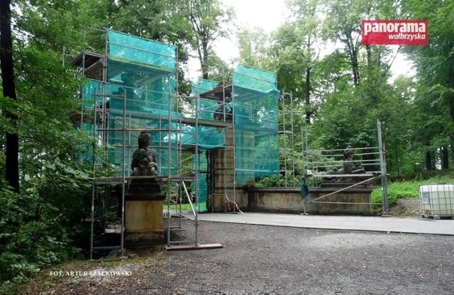 Rozpoczęła się renowacja bramy parkowej w Książu, która jest położona obok Mauzoleum Hochbergów