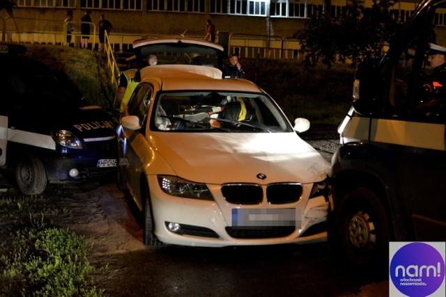 Kilkadziesiąt kilometrów policyjnego pościgu za BMW. 30-letni kierowca jechał ulica Toruńską pod prąd przed prawie cały Włocławek. Na koniec uderzył w dwa radiowozy. Funkcjonariusze zostali ranni.