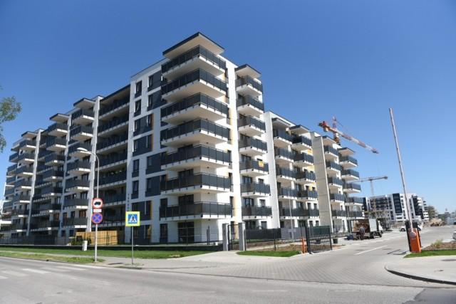 """W Toruniu nowe mieszkania budują się głównie na osiedlu JAR, przy ul. Targowej, a także na lewobrzeżu. Ceny wielu z nich poszły ostatnio w górę. U niektórych deweloperów stawki urosły nawet o kilkaset złotych w przypadku ceny za metr kwadratowy. Kolejni deweloperzy zapowiadają podwyżki. Sprawdźcie, gdzie możecie obecnie kupić nowe mieszkanie w Toruniu i za ile. Widełki cenowe są dość szerokie. W zależności od osiedla za metr kwadratowy zapłacimy od 6000 do blisko 10 tys., tymczasem jeszcze kilka miesięcy temu górny pułap sięgał zwykle 8800 zł. Cena zależy od lokalizacji, piętra, widoku, liczby pokoi i wielu innych zmiennych. Na niektórych osiedlach klucze do wymarzonego """"M"""" można odebrać jeszcze w tym roku.   Zobacz także: Masz takie 2 zł? Możesz zarobić fortunę! Ważny jest jeden szczegół!  Czytaj dalej. Przesuwaj zdjęcia w prawo - naciśnij strzałkę lub przycisk NASTĘPNE"""