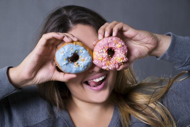 Mechanizm działania cukru w naszym organizmie można porównać do mechanizmu działania narkotyków czy alkoholu. Niestety w przypadku cukru dodatkowym problemem jest fakt, że w przeciwieństwie do tych substancji, dostęp do niego jest nieograniczany. Stosuje się go w nadmiarze we współczesnej żywności.  Warto więc poznać porady, które pomogą pokonać apetyt na słodkości i odzyskać kontrolę nad swoim żywieniem!  Zobacz kolejne slajdy, przesuwając zdjęcia w prawo, naciśnij strzałkę lub przycisk NASTĘPNE.