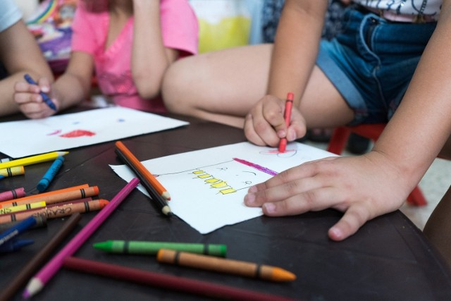 Koniec wakacji dla wielu rodzin oznacza rozpoczęcie nowego etapu... dziecko idzie po raz pierwszy do przedszkola. Podpowiadamy, jak przygotować dziecko do pierwszego dnia w przedszkolu, aby zaoszczędzić mu strachu.