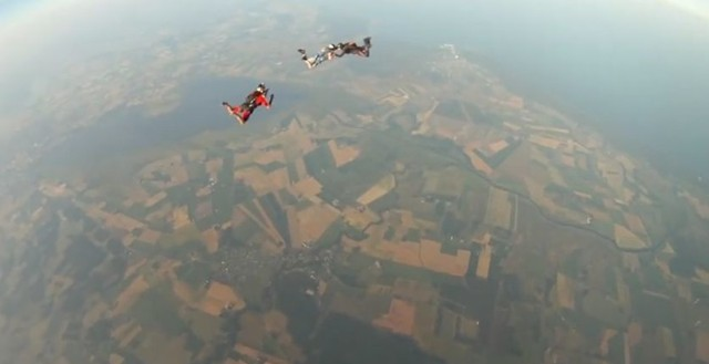Tutaj obraz z kamerki jeszcze na kasku spadochroniarza