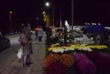 Pruszcz Gdański. Cmentarze zamknięte od soboty do poniedziałku. Mieszkańcy ruszyli wieczorem na groby bliskich  ZDJĘCIA