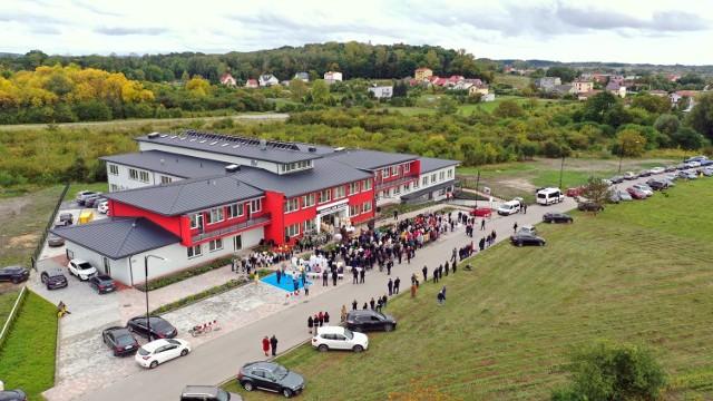 W piątek, 2 października uroczyście otwarto budynek nowego Hospicjum w Busku - Zdroju przy ulicy Solankowej. To inwestycja za około 12 milionów złotych. Wiele pieniędzy udało się uzyskać ze zbiórek na rzecz hospicjum, a także z dofinansowań. W hospicjum są 94 miejsca, znajdują się tam trzy oddziały: poradnia paliatywna, hospicjum i Zakład Opiekuńczo Leczniczy.   >>>Na kolejnych slajdach prezentujemy jak budynek wygląda z lotu ptaka