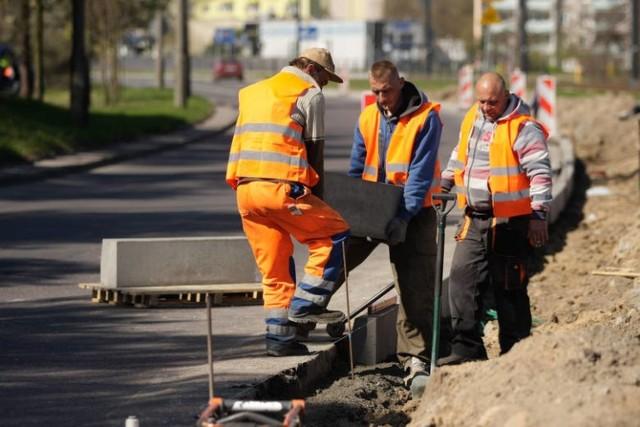 Na drodze krajowej nr 25 w Prądocinie i Chmielnikach pod Bydgoszczą pojawi się nowa nawierzchnia oraz zostaną wyremontowane zatoki autobusowe i chodniki