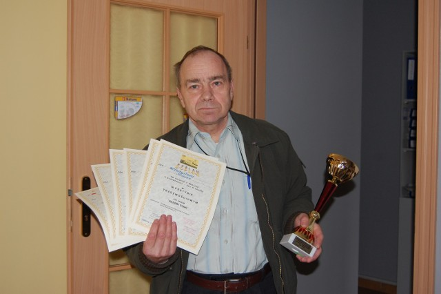 Władysław Krause z dumą prezentuje wyróżnienia, jakie zdobył sztumski Klub Abstynenta