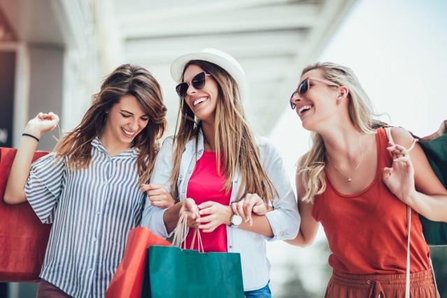 Są takie marki, które - choć znane na całym w świecie - nie prowadzą sprzedaży w Polsce. Współcześnie praktycznie każdy produkt możemy nabyć online, jednak wciąż potrafi być to kosztowne - szczególnie, gdy produkty nie znajdują się w ofercie sklepu prowadzącego polską stronę internetową. Zobaczcie zatem, jakie sklepy warto odwiedzić wybierając się za granicę, aby uniknąć kosztów wysyłki, długiego czasu oczekiwania i nietrafionych zakupów.  Zobacz na kolejnych slajdach >>>
