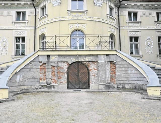 Klasycystyczny pałac w Lewkowie to jeden z największych zabytków powiatu ostrowskiego i południowej Wielkopolski. Pochodzi z końca XVIII wieku