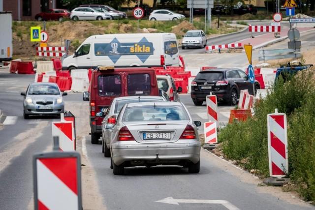 Okres wakacyjny to najlepszy czas na prowadzenie inwestycji drogowych. Widać to gołym okiem w Bydgoszczy, gdzie drogowcy pracują właściwie w każdej części miasta. Przygotowaliśmy listę najważniejszych remontów, które obecnie trwają w naszym mieście. Zobaczcie, gdzie się buduje w Bydgoszczy!  >>Więcej informacji pod kolejnymi zdjęciami
