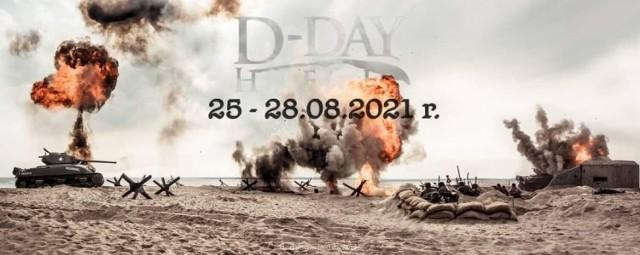 """Jedyne takie wydarzenie w Polsce. Przenieś się w czasie i zobacz jak wyglądał słynny dzień D. Setki rekonstruktorów, dziesiątki zabytkowych pojazdów wojskowych. Inscenizacje historyczne niczym hollywoodzkie produkcje filmowe. D-Day Hel 2021 zbliża się wielkimi krokami! Do rozpoczęcia żywej lekcji historii zostało zaledwie kilka tygodni. Sztab organizacyjny stara się, aby XV edycja D-Day Hel odbyła się i przebiegała na najwyższym poziomie. HARMONOGRAM WYDARZENIA D-DAY HEL 2021 - 25 – 28 sierpnia 2021 r.  ▪️ Środa, 25.08.2021 18:00 Ceremonia podniesienia flag państw aliantów zachodnich - oficjalne rozpoczęcie D-Day Hel [plaża na cyplu] 21:00 Projekcja filmu """"D-Day"""" [scena przy Bulwarze Nadmorskim]  ▪️ Czwartek, 26.08.2021 16:00 Prezentacja pojazdów historycznych [Port Morski Hel] 18:30 Parada D-Day Hel [ul. Wiejska]  ▪️ Piątek, 27.08.2021 17:00 Prezentacja pojazdów historycznych [Port Morski Hel] 20:00 Pokaz mody lat 40-tych [scena przy Bulwarze Nadmorskim]  ▪️ Sobota, 28.08.2021 15:00 Inscenizacja główna """"Lądowanie na plaży"""" [plaża na cyplu] 16:30 Ceremonia opuszczenia flag - oficjalne zakończenie D-Day Hel [plaża na cyplu] 19:00 Parada D-Day Hel [ul. Wiejska]  Organizator zastrzega sobie prawo do wprowadzenia zmian w planie wydarzenia. Do zobaczenia w Helu 25 sierpnia!"""