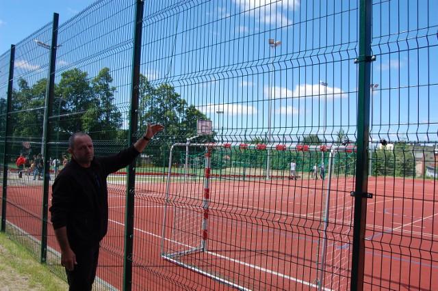 Nauczyciel Marek Galikowski ma wiele uwag do stanu technicznego boiska Orlik