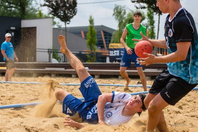 Piłkarze ręczni rywalizowali na Plaży Kantoria w Tarnowie, 12.06.2021