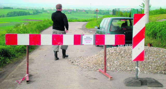 Drogę na Górnym Gościńcu w Łapczycy zniszczyły deszcze, ale także sami kierowcy, którzy bagatelizowali ustawione znaki zakazu wjazdu