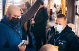 Dzień bez Samochodu w Katowicach: aktor Krzysztof Hanke sprawdza bilety w tramwaju i częstuje kawą