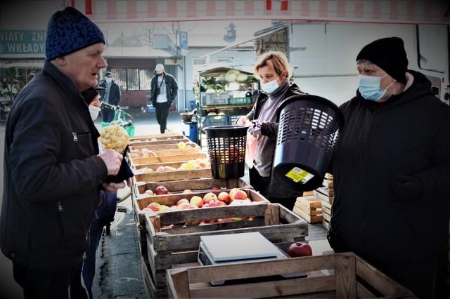 Ceny warzyw i owoców na targowisku miejskim przy ulicy Wojska Polskiego w Bełchatowie, 22.02.2021.