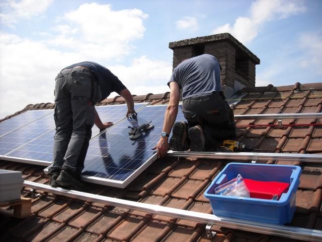 Lepsza jakość powietrza w otoczeniu to jedna z ważnych zalet, o których mówią ci, którzy zdecydowali się na instalacje fotowoltaiczne lub kolektory słoneczne