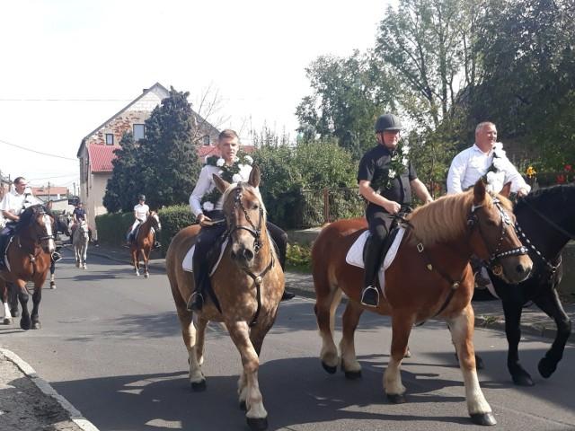 Procesja konna w Ostropie odbyła się we wrześniu.  Zobacz kolejne zdjęcia. Przesuwaj zdjęcia w prawo - naciśnij strzałkę lub przycisk NASTĘPNE