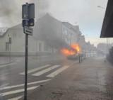 Szamotuły. Pożar osobowego Opla w centrum miasta