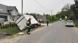 Wypadek gmina Cedry Wielkie. W wyniku zderzenia auto dostawcze wpadło do rowu i uszkodziło skrzynkę elektryczną |ZDJĘCIA