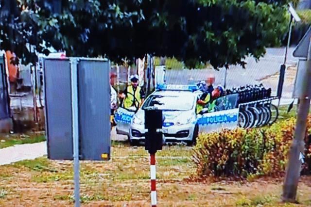 Funkcjonariusze obserwowali pobliskie przejściu dla pieszych. Zlokalizowane tam kamery z pewnej odległości obserwowały, czy uczestnicy ruchu drogowego stosują się do sygnalizacji świetlnej i czy piesi korzystają z przejść dla pieszych.   ➤➤