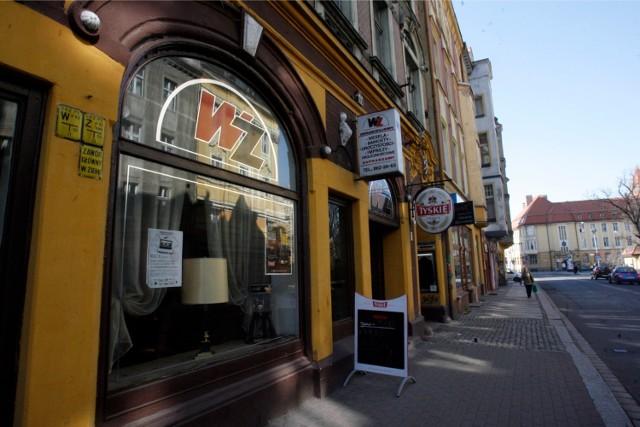 W-Z to słynna kawiarnia na ul. Wrocławskiej. W jej miejscu obecnie znajduje się restauracja WZ Beer&Praha. Legniczanie pamiętają szczególnie pyszne ciasta z Wuzetki.
