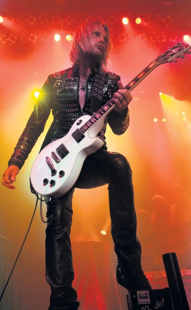 """Judas Priest żegna się  W sobotę zespół Judas Priest pożegna się z nami już po raz drugi koncertem w Spodku.  Ale jeśli spędziło się niemal 40 lat życia na scenie, to nie tak łatwo jest się z nią rozstać. Ciężko żegna się zwłaszcza gdy pod sceną nadal gromadzą się rzesze fanów.  Tak jest w przypadku  zespołu Judas Priest. Legendarni muzycy od roku żegnają  się ze swoimi wielbicielami w ramach światowej trasy koncertowej  """"Epitaph World Tour"""".  Rob Halford, Glenn Tipton, Richie Faulkner, Ian Hill i Scott Travis zagrają w Spodku 14 kwietnia. Podczas tego koncertu mają się pojawić utwory wybrane z bogatego dorobku grupy, jak i te, które nigdy wcześniej nie były wykonywane na scenie.  Supportem koncertu Judas Priest  będzie polska grupa Leash Eye.  Katowice, Spodek www.spodek.com.pl Sobota, 14 kwietnia, godz. 20.00 (otwarcie bram o godz. 18.30) bilety 135-450 zł"""