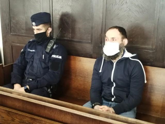 """Proces dwóch mężczyzn oskarżonych o oszustwa metodą """"na policjanta"""", w wyniku których pokrzywdzeni tracili dorobek życia, zakończył się we wtorek 23 lutego w Sądzie Okręgowym w Łodzi.  CZYTAJ WIĘCEJ NA KOLEJNYM SLAJDZIE>>>>"""