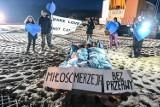 """Nadzy aktywiści blokowali budowę przekopu Mierzei Wiślanej. Walentynkowy protest przebiegał pod hasłem """"Miłość i Mierzeja bez przerwy"""""""