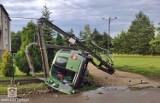 Wypadek w Imielinie. Samochód dachował, zatrzymał się na słupie energetycznym. Kierowca uciekł