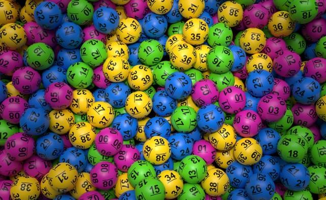 """""""Żeby wygrać, trzeba grać"""" - takim hasłem reklamuje się Lotto i trudno nie przyznać mu racji. Wielu z nas gra regularnie, choć nie brakuje też takich, którzy próbują szczęścia tylko przy naprawdę wysokich kumulacjach. Prawda jest też taka, że im wyższa kumulacja, tym więcej wokół niej hałasu, a w konsekwencji - więcej graczy. Pojedynczy zakład Lotto kosztuje jedynie 3 złote - wydaje się to być niewielką kwotą w porównaniu z milionami, które mogą trafić do szczęśliwego gracza. Mimo tego, że prawdopodobieństwo trafienia """"szóstki"""" wynosi 1:13 983 816 i tak lubimy poddawać się marzeniu, że to właśnie nam uda się ją skreślić. Szczęśliwców nie brakuje, w dodatku czasami kumulację dzieli się pomiędzy kilku zwycięzców. Rekordowe było losowanie 29 września 2009 - wtedy """"szóstkę"""" udało się skreślić aż 8 graczom! Do podziału mieli ponad 37 mln złotych. A ile udało się wygrać tym, którzy jako jedyni prawidłowo wytypowali wszystkie 6 liczb? Sprawdźcie!"""