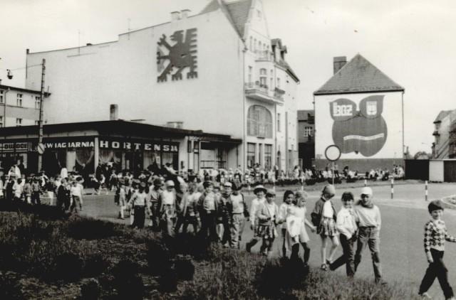 Przemarsz dzieci w Dniu Dziecka przez plac Wolności w Szczecinku, lata 80