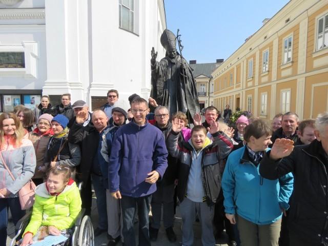 Pod pomnikiem Jana Pawła II w jego rodzinnych Wadowicach składano wieńce, ale też chętnie pozowano do zdjęć. Z wizytą przybyła tu m.in grupa ze Środowiskowego Dom Samopomocy w Oleśnicy k. DąbrowyTarnowskiej, powiatna przez burmistrza Wadowic