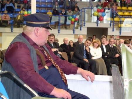 """Ostatni występ uczestników WTZ w Czersku """"Pociąg Życia"""" podczas obchodów piątych urodzin placówki. Na zdjęciu (na pierwszym planie) Daniel Kamiński."""