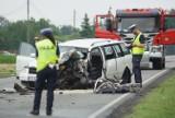Wypadek w Skarszewie pod Kaliszem. 19-latek wjechał pod ciężarówkę. ZDJĘCIA