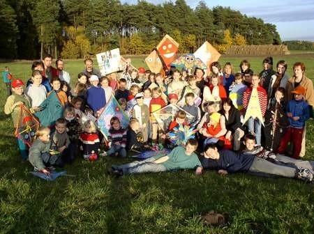 Uczestnicy konkursu w puszczaniu latawców razem z nauczycielami i rodzicami prezentują swoje prace. Organizatorami imprezy była Szkoła Podstawowa w Kłodawie.
