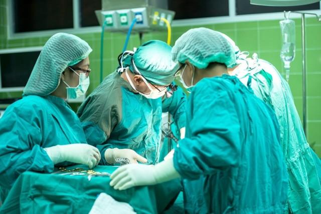 Jednym z najbardziej śmiertelnych rodzajów nowotworu jest rak trzustki. Wcześnie wykryty rak trzustki jest uleczalny, niestety zdecydowana większość przypadków jest diagnozowana, gdy już jest za późno.  Poznaj znaki ostrzegawcze, na które trzeba uważać. Oto najważniejsze sygnały, że możesz mieć raka trzustki >>>>>