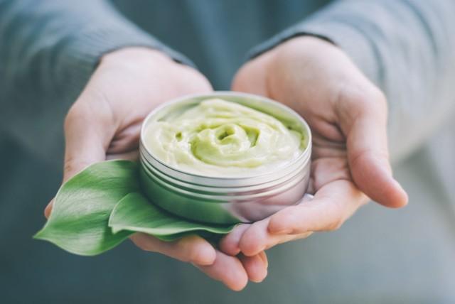 Podrażniona i zaczerwieniona skóra to częsty skutek działania niekorzystnych czynników atmosferycznych, mechanicznych i chemicznych w postaci związków obecnych w zanieczyszczeniach powietrza, kosmetykach, a nawet diecie.  Objawy stanu zapalnego skóry warto łagodzić za pomocą naturalnych składników, które oprócz działania kojącego mają też właściwości regenerujące i chroniące skórę.  Sprawdź w naszej galerii 10 najlepszych składników roślinnych łagodzących stan zapalny skóry!