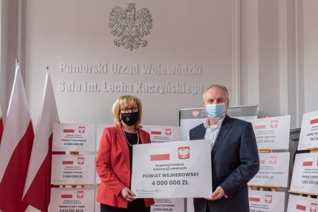 Starosta wejherowski Gabriela Lisius oraz wojewoda pomorski Dariusz Drelich z symbolicznym czekiem. Pozyskane przez powiat środki pochodzą z Rządowego Funduszu Inwestycji Lokalnych.