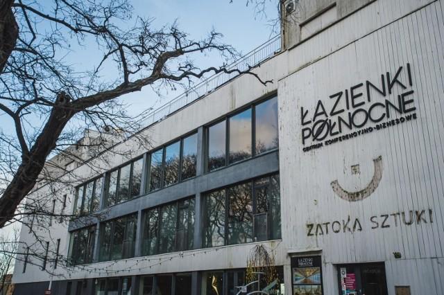 """Po filmie Sylwestra Latkowskiego """"Nic się nie stało"""", o dawnym klubie przy al. Mamuszki 14 znów zrobiło się głośno. Dokument opowiada o pedofilii w środowisku skupionym wokół Zatoki Sztuki."""
