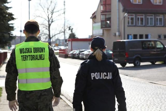 Policjanci patrolują ulice wraz z innymi służbami. Policją, strażą miejską i żołnierzami.