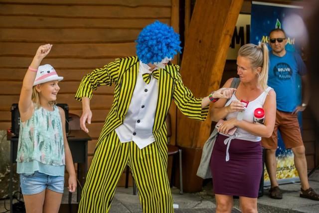 Animatorzy przygotowali wiele zabaw oraz ogromne bańki mydlane. Z kolei sztuczki cyrkowe i magiczne, a przede wszystkim sporę dawkę humoru zaserwował klaun cyrkowiec z Mimezis Art.