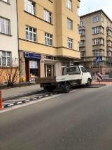 """Kraków. """"Mistrzowie parkowania"""", którzy naprawdę potrafią zdenerwować człowieka"""
