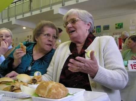 - Dobrze, że ktoś o nas pomyślał - mówią Janina Nitecka (z lewej) i Halina Torus.    FOT. BERNARD ŁĘTOWSKI