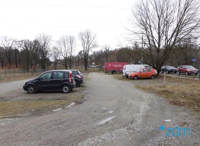 Wielu kierowców pozostawiało samochody w miejscach do tego nieprzeznaczonych, np.: na trawnikach. Straż miejska wystawiła mandaty.
