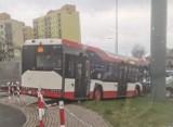 Wypadek w Dąbrowie Górniczej. Autobus linii 814 wypadł z ronda i przebił barierki