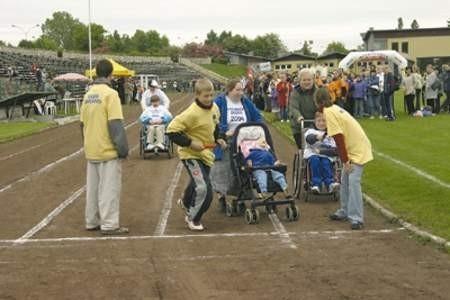 W sztafecie rozpoczynającej olimpiadę brały udział osoby niepełnosprawne na wózkach.
