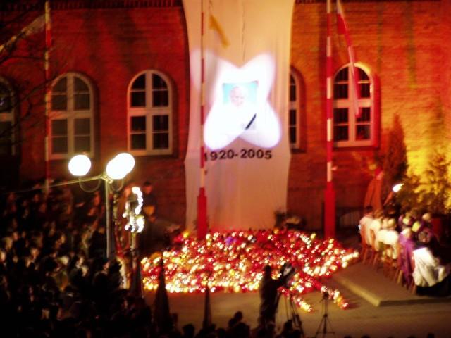 Wierni po śmierci Papieża na Mszy Świętej na placu Wolności w Szczecinku