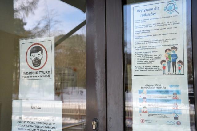 Wejście do Szkoły Podstawowej numer 4 w Stalowej Woli z informacją o konieczności zachowania reżimu higienicznego