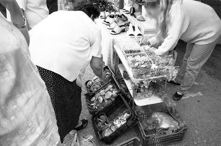 Kupcom zależy na tym, by zniknęli sprzedawcy spoza ogrodzenia targowiska. Fot: Olgierd Gorny